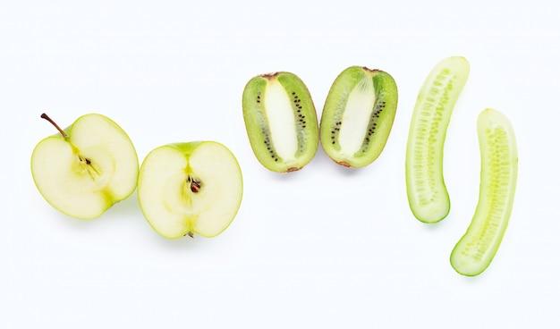 Maçã verde, kiwi, pepino. ingredientes naturais para cuidados com a pele caseiros
