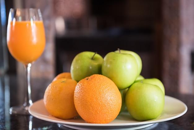Maçã verde, laranja no sopro branco.