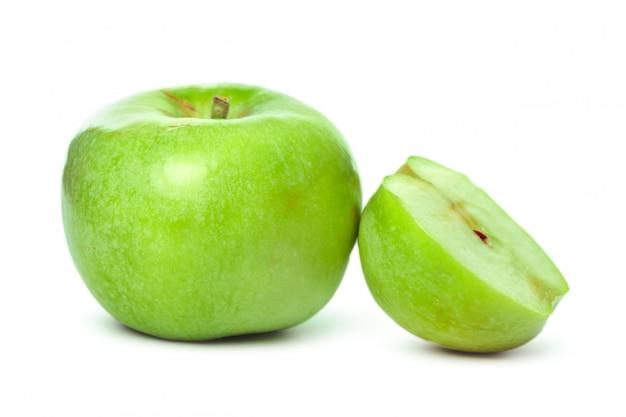 Maçã verde madura isolada