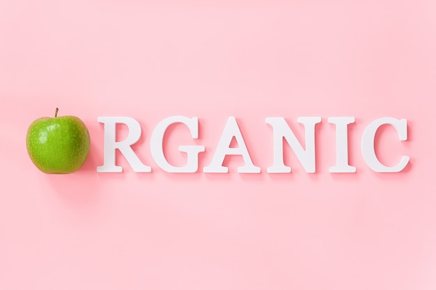 Maçã verde natural e texto orgânico de letras de volume branco. conceito criativo alimentos orgânicos frutas naturais