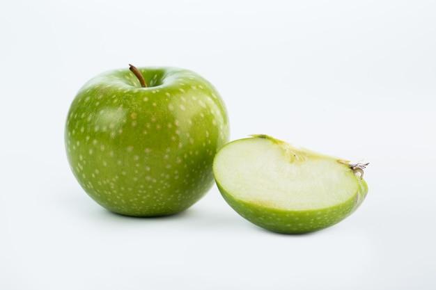 Maçã verde suculenta corte suave isolado no branco