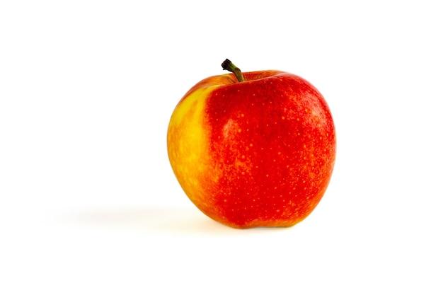 Maçã vermelha com folhas verdes em um isolado de maçã de fundo branco