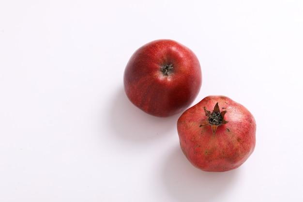 Maçã vermelha e fruta romã