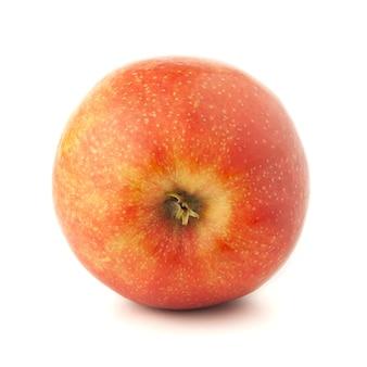 Maçã vermelha em uma superfície branca com uma sombra.