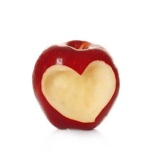 Maçã vermelha fresca com recorte em forma de coração no fundo branco