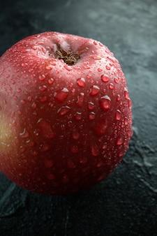 Maçã vermelha fresca em uma foto colorida de frutas com fundo cinza