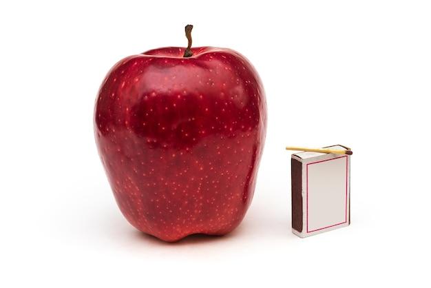 Maçã vermelha grande em fundo branco