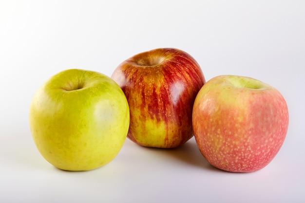 Maçã vermelha, maçãs verdes e rosa isoladas no branco