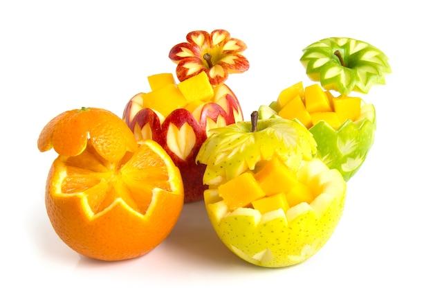 Maçã vermelha, verde e amarela com laranja sunkist esculpida