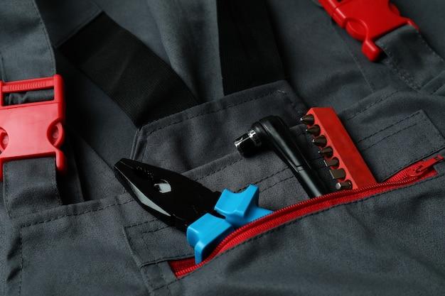 Macacão com ferramentas de trabalho em geral, close-up