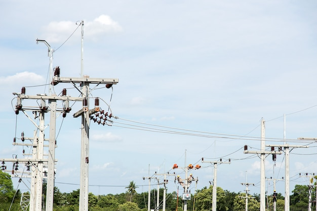 Macacão de eletricista trabalhando em altura e perigoso