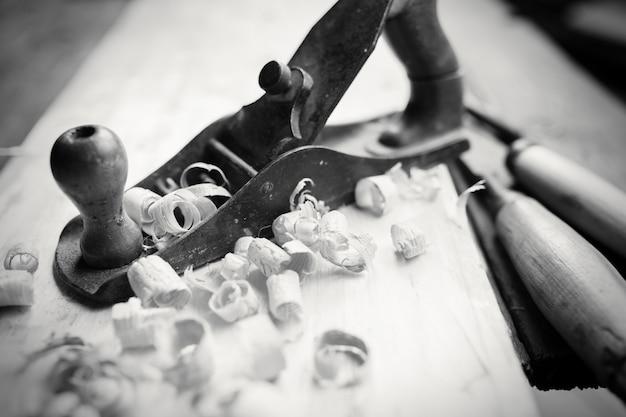 Macaco de mão e lascas de madeira, foto bw
