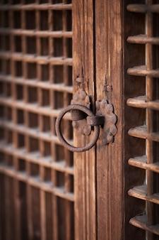 Maçaneta da porta de madeira velha de uma casa tradicional coreana