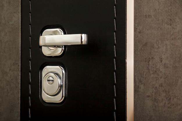 Maçaneta da porta de metal e fechadura da porta