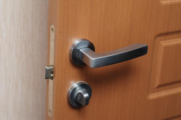 Maçaneta da porta de metal. móveis caros no interior