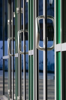 Maçaneta da porta do cromo e vidro da fachada de escritório de alumínio moderno