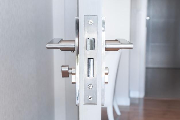 Maçaneta de aço na porta