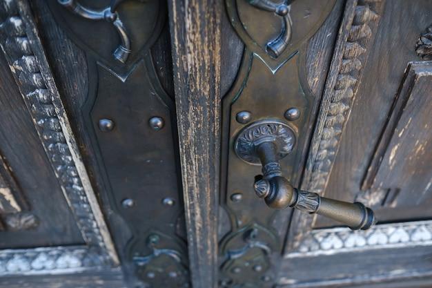 Maçaneta de metal velha na porta velha
