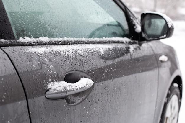 Maçaneta do carro em neve cinza inverno gelo branco gelo geada