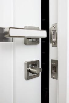 Maçaneta moderna da porta interior e fechadura de segurança.