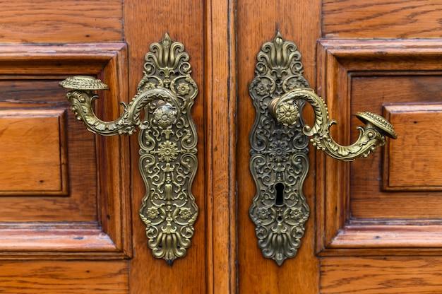 Maçaneta para portas de latão antigo. rússia, são petersburgo.