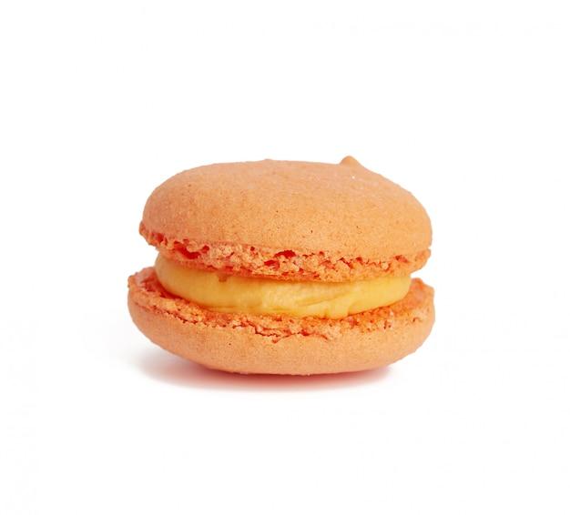 Macaron assado redondo de laranja em um branco