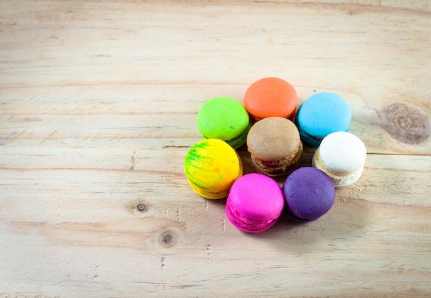 Macaron colorido em madeira