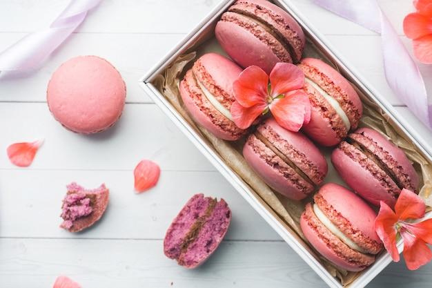 Macaron de sobremesa-de-rosa ou macaroons em uma caixa