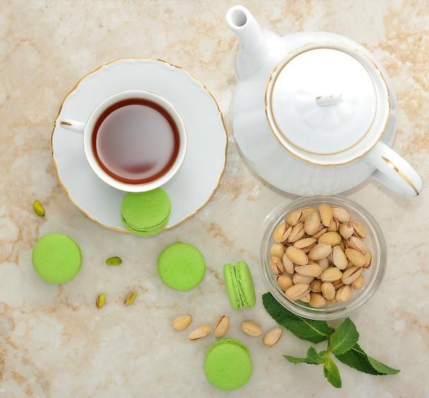 Macaron verde com uma xícara de chá