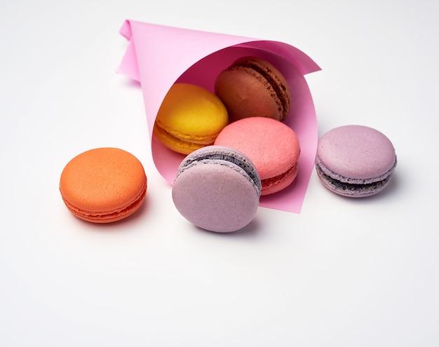 Macarons assados em um saco de papel rosa