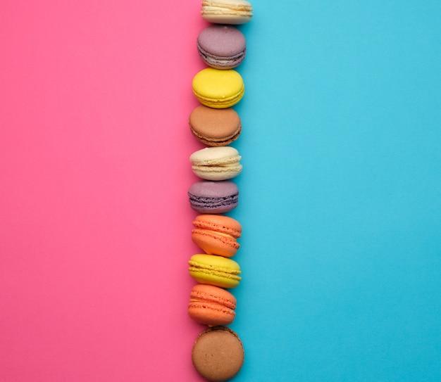 Macarons assados multicoloridos redondos