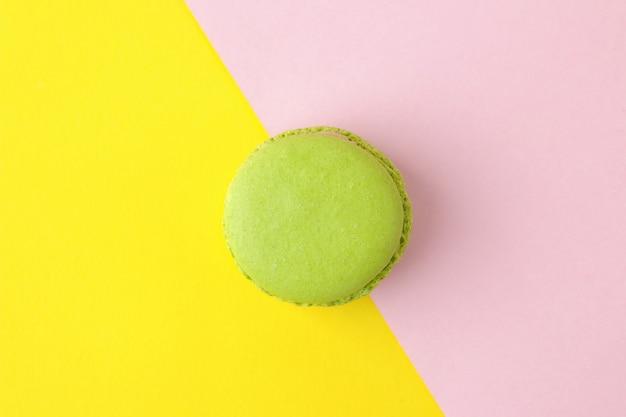 Macarons. bolos de macaroons multicoloridos franceses. pequeno bolo doce francês em um fundo rosa e amarelo multicolorido brilhante. sobremesa. doces. vista do topo