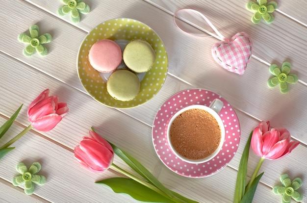 Macarons, café expresso em copo rosa