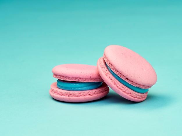 Macarons coloridos em um fundo azul