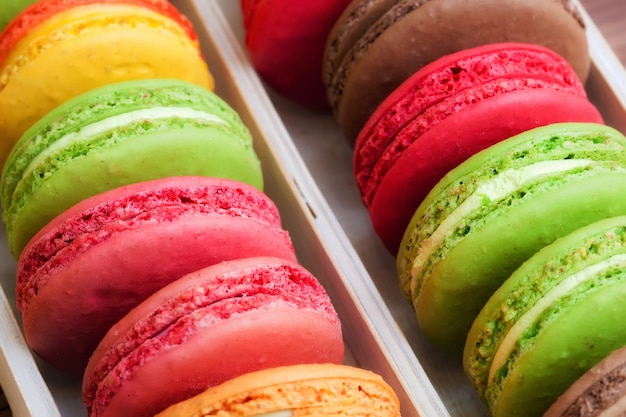 Macarons coloridos franceses tradicionais em uma caixa