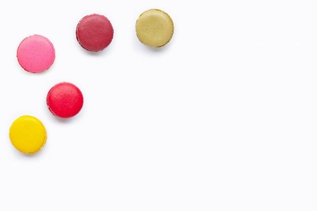 Macarons coloridos isolados no branco