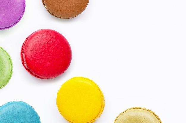 Macarons coloridos isolados no fundo branco