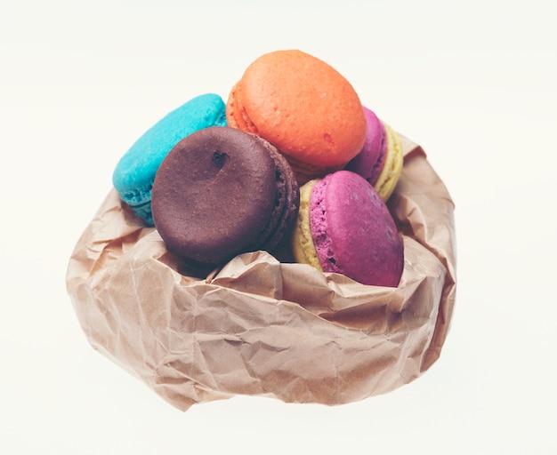 Macarons coloridos sobre fundo branco. macaron é doce confecção à base de merengue.