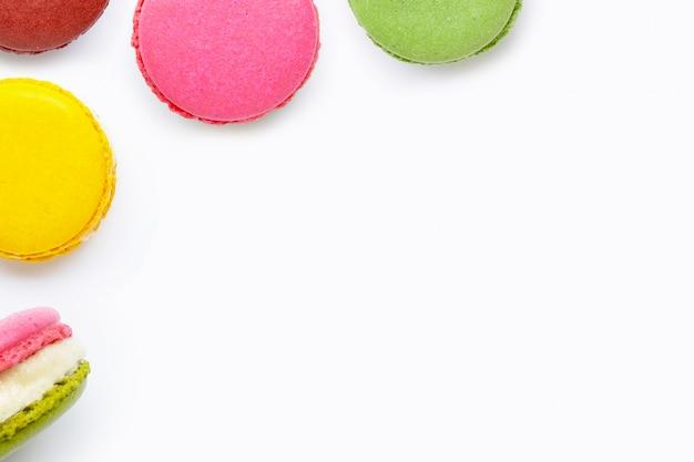 Macarons coloridos sobre fundo branco