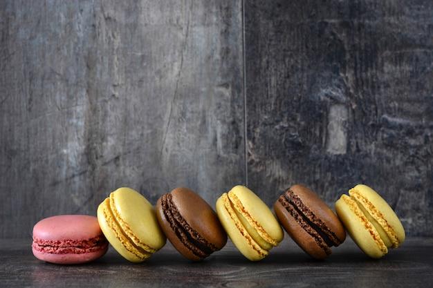 Macarons cookies de diferentes sabores na mesa de madeira