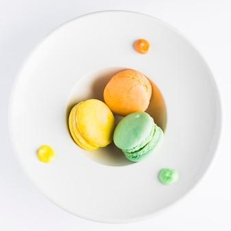 Macarons de configuração plana em prato fundo