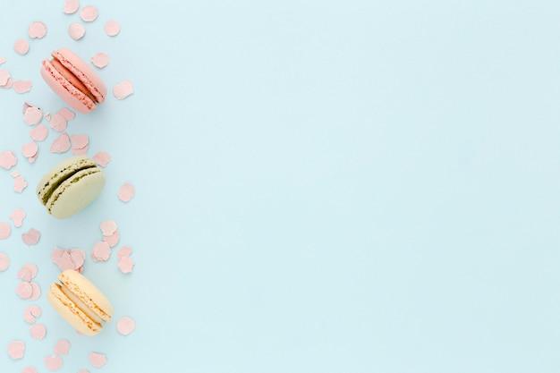Macarons de cópia-espaço na mesa