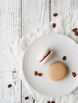 Macarons deitados planos na mesa de madeira