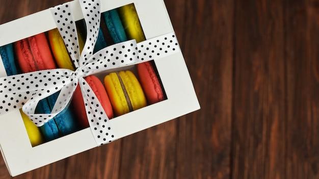 Macarons doces deliciosos em uma caixa de presente branca