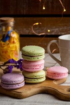 Macarons e café na mesa de madeira