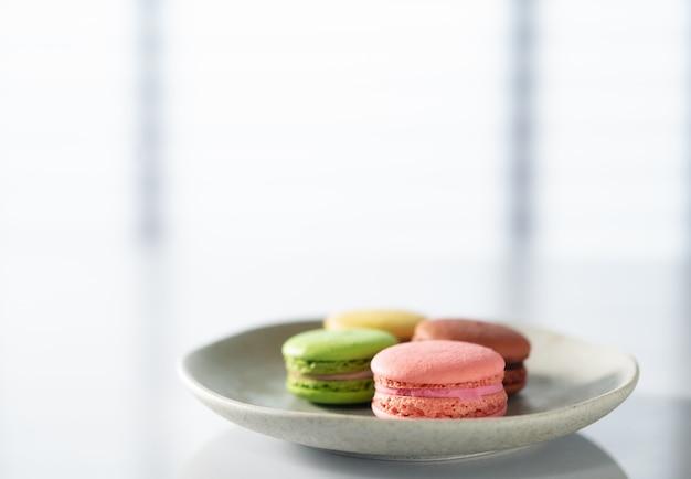 Macarons em um prato na mesa da cozinha