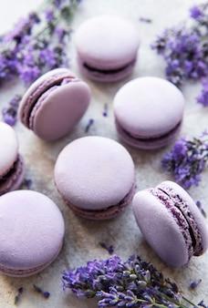 Macarons franceses com sabor de lavanda e flores frescas de lavanda