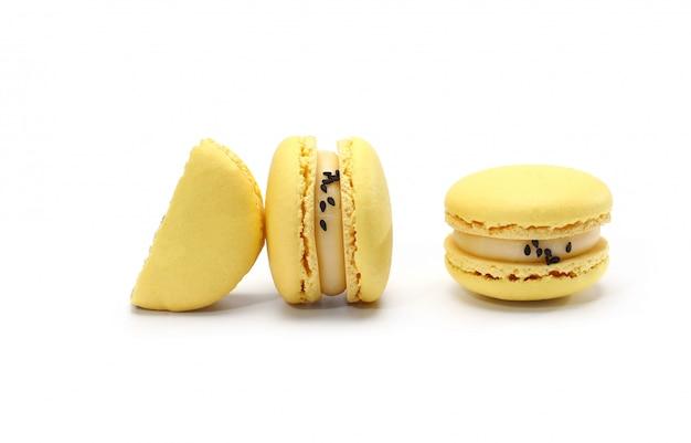 Macarons franceses tradicionais caseiros deliciosos amarelos ou bolinhos de amêndoa - sobremesa francesa elegante.