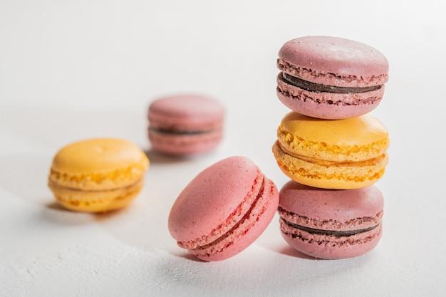 Macarons na superfície branca com foco seletivo de sobremesas francesas coloridas