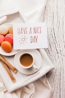 Macarons no café da manhã e xícara de café